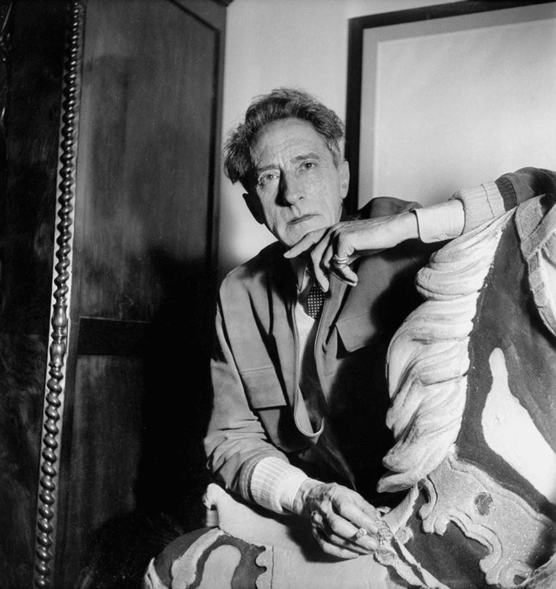Jean Cocteau portant la bague Trinity de la marque Cartier